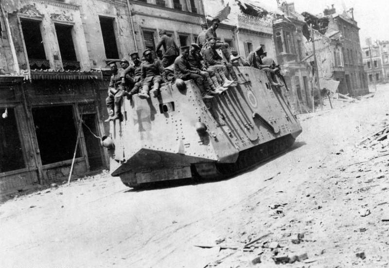 Bundesarchiv_Bild_183-P1013-316,_Westfront,_deutscher_Panzer_in_Roye.jpg